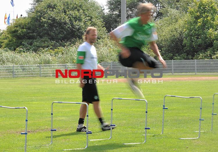 FBL 09/10 Traininglager  Werder Bremen Norderney 2009 Day 04 Training vormittag<br /> <br /> <br /> Feature verwischt, Clemens Fritz ( Bremen GER #8) im Hintergrund Wolfgang Rolff ( Bremen - Co - Trainer  GER)<br /> <br /> <br /> Foto &copy; nph (nordphoto)