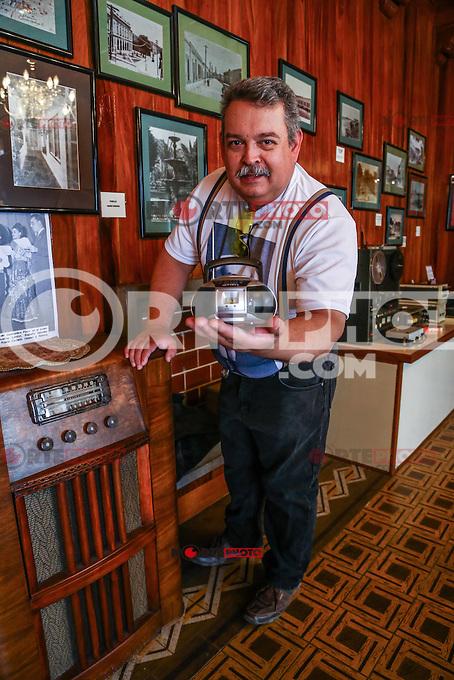 Ramon Valdez, locutor de Radio Sonora muestra la evolucion de los aparatos radiofonicos de el pasado y en la actialidad. Museo de Rario Sonora.<br /> <br /> 27/04/2015 HermosilloSonora. <br /> CreditoFoto:LuisGutierrez