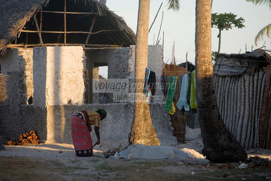 Afrique/Afrique de l'Est/Tanzanie/Zanzibar/Ile Unguja/Jambiani: une femme prépare son bois pour le foyer