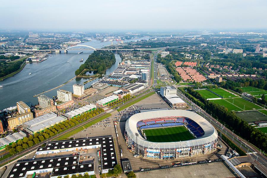 Nederland, Zuid-Holland, Rotterdam 28-09-2014; Rotterdam-Zuid, deelgemeente Feijenoord met het stadion Feijenoord ofwel 'De Kuip' van voetbalclub Feyenoord aan de Marathonweg (r). Het Eiland van Brienenoord en Van Brienenoordbrug in de achtergrond. Rechts van flats op de oever van de Nieuwe Maas komt in de toekomst de Sport Campus Stadionpark. Op dit sportpark komt ook het nieuwe stadion, 'de nieuwe Kuip aan de Maas'. Feijenoord, stadium 'De Kuip' of the football club Feyenoord to Marathonweg (r). Island Van Brienenoord and Van Brienenoordbrug in the background. Right of flats on the banks of the Nieuwe Maas, the location of the future Sports Park Campus Stadium.<br /> luchtfoto (toeslag op standard tarieven);<br /> aerial photo (additional fee required);<br /> copyright foto/photo Siebe Swart.