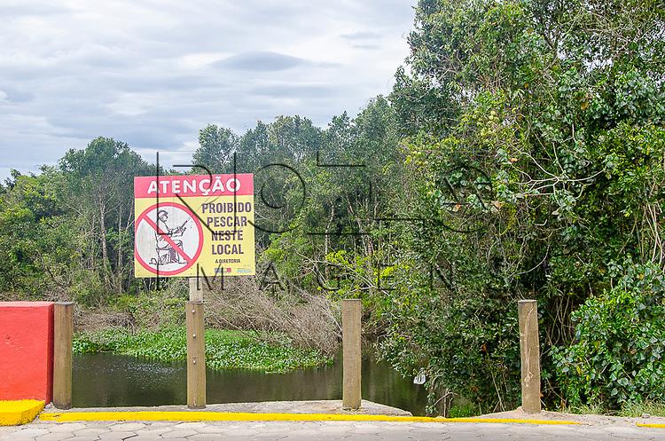 Placa de proibido pescar em Boracéia, Bertioga-SP, 12/2014.