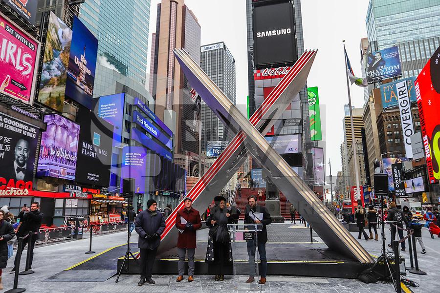 """NOVA YORK, EUA, 01.02.2019 - ARTE-EUA - Tim Tompkins, Presidente da Times Square Alliance apresenta obra de arte em formato de """"X"""" é vista na Times Square em Nova York nos Estados Unidos nesta sexta-feira, 01. A obra de quase 6 metros de altura celebra o """"Valentines Day"""" que acontece dia 14 de fevereiro , mas a obra fica do dia 1 ao dia 28/2. Ao centro da obra é visto a frase """"Em Diferença, Adicionar Igualdade, Encontrar Amor, Não Esqueça as Flores"""" (Foto: William Volcov/Brazil Photo Press)"""