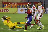 PASTO -COLOMBIA, 19-09-2015. Jonathan Gomez jugador del  Deportivo Pasto en jugada con Robinson Zapata (Izq) arquero de Independiente Santa Fe durante partido por la fecha 13 Liga Águila II 2015 jugado en el estadio La Libertad de Pasto./ Jonathan Gomez player of Deportivo Pasto in a play with Robinson Zapata (L) goalkeeper of Independiente Santa Fe for the 13th date of Aguila League II 2015 played at La Libertad stadium in Pasto. Photo: VizzorImage / Leonardo Castro / Cont