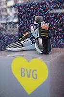 """Adidas-BVG-Turnschuh.<br /> Der Adidas-BVG-Turnschuh """"Sneaker EQT Support 93"""" soll ab Dienstag den 16. Januar 2018 in Berlin in einer limitierten Auflage von 500 Stueck verkauft werden. Der Turnschuh gilt auch als Jahreskarte fuer die Berliner Verkehrsbetriebe.<br /> Jugendliche warten bereits seit Sonntagabend (14.1.2018) 21.00 Uhr vorort, andere sind ueber 600 Km aus NRW angereist um den Turnschuhum fuer 180,- Euro zu kaufen.<br /> 15.1.2018, Berlin<br /> Copyright: Christian-Ditsch.de<br /> [Inhaltsveraendernde Manipulation des Fotos nur nach ausdruecklicher Genehmigung des Fotografen. Vereinbarungen ueber Abtretung von Persoenlichkeitsrechten/Model Release der abgebildeten Person/Personen liegen nicht vor. NO MODEL RELEASE! Nur fuer Redaktionelle Zwecke. Don't publish without copyright Christian-Ditsch.de, Veroeffentlichung nur mit Fotografennennung, sowie gegen Honorar, MwSt. und Beleg. Konto: I N G - D i B a, IBAN DE58500105175400192269, BIC INGDDEFFXXX, Kontakt: post@christian-ditsch.de<br /> Bei der Bearbeitung der Dateiinformationen darf die Urheberkennzeichnung in den EXIF- und  IPTC-Daten nicht entfernt werden, diese sind in digitalen Medien nach §95c UrhG rechtlich geschuetzt. Der Urhebervermerk wird gemaess §13 UrhG verlangt.]"""