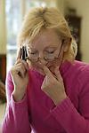 Dem Ehepaar Alwin und Rita Schockemoehle sitzt der Schock nach dem brutalen Raubueberfall vom Freitag auch drei Tage danach noch tief in den Knochen. Wir koennen kaum schlafen, haben Angst so ihre Worte am Montag morgen ( 11.03.02 ). Handi von Ehefrau Rita steht auch drei Tage danach nicht still.<br /> Foto © nordphoto