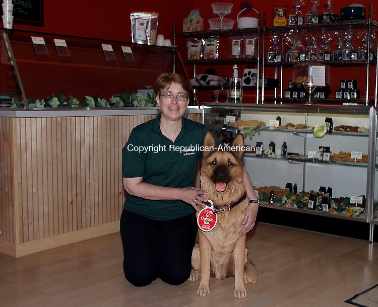 WOODBURY, CT- 12 JUNE 2005- 061205DA01.JPG - Woodbury Pet Commons. (Store Manager) Tina Royal. For Marketplace. Staff Photo. Darlene Douty
