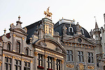 BRUSSELS - BELGIUM - 26 JUNE 2010 -- Grand Place by night, the Brussels Town Hall in the city centre. PHOTO: ERIK LUNTANG / EUP-Images -- Laugshusene på Grand Place i Bruxelles er smukt dekoreret med guldskrift og figurer. Her er det bryggernes hus, som har en hest med rytter. PHOTO: ERIK LUNTANG / EUP-Images