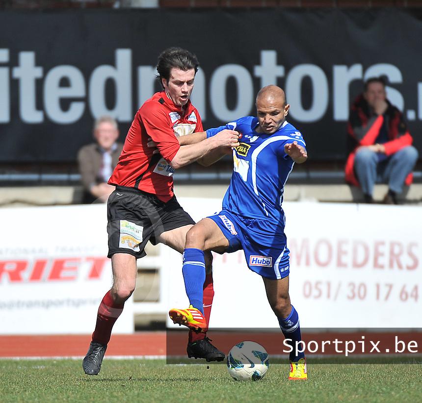 KFC Izegem - KV Turnhout : duel tussen Tom Coghe (links) en Hassan Elshamy (rechts).foto VDB / BART VANDENBROUCKE