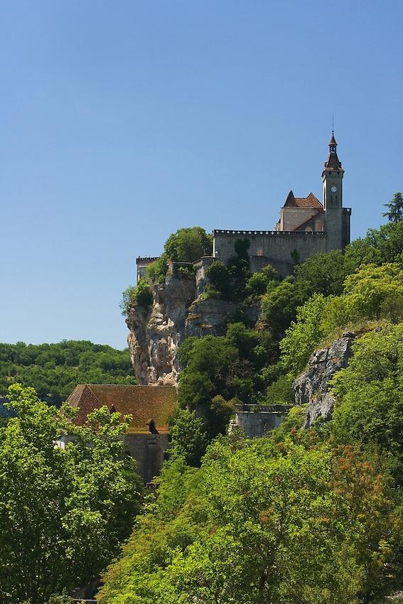 Le chateau qui domine le site a ete fortement remanie au XIXe siecle.