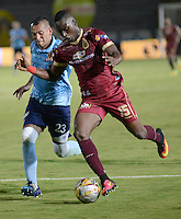 IBAGUE -COLOMBIA, 20 -08-2016. Abdiel Arroyo (Der.) jugador del Tolima disputa el balón con Sebastián Toro  del Junior durante encuentro  por la fecha 9 de la Liga Aguila II 2016 disputado en el estadio Murillo Toro./  Abdiel Arroyo R) player of Tolima  fights the ball with Sebastián Toro  of Junior  during match for the date 9 of the Aguila League II 2016 played at Murilo Toro stadium . Photo:VizzorImage / Juan Carlos Escobar  / Contribuidor