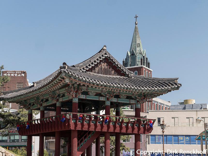Pavillon bei der Jinnamgwan-Halle in Yeosu, Provinz Jeollanam-do, S&uuml;dkorea, Asien<br /> pavilion near Jinnamgwan hall  in Yeosu, province Jeollanam-do, South Korea, Asia