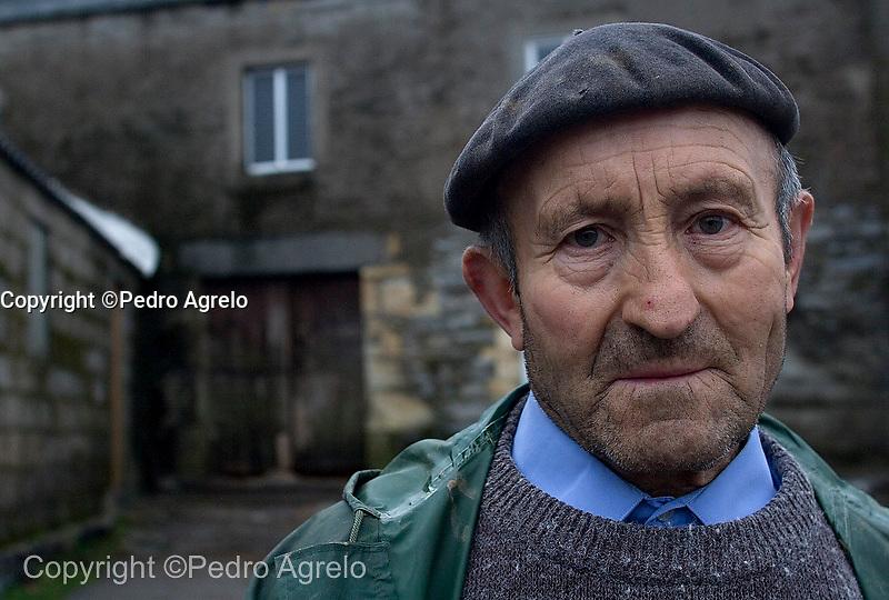 Alto do Hospital en O Cebreiro<br /> Un vecino del pueblo delante de su casa