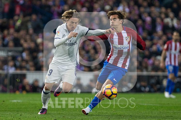 Real Madrid's Luka Modric Atletico de Madrid's Antoine Griezmann during the match of La Liga between Atletico de Madrid and Real Madrid at Vicente Calderon Stadium  in Madrid , Spain. November 19, 2016. (ALTERPHOTOS/Rodrigo Jimenez)