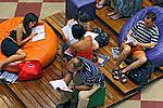 Pessoas lendo na Livraria Cultura. São Paulo. 2007. Foto de Juca Martins.