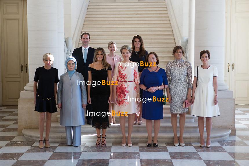 Photo de famille des conjoints des chefs d&rsquo;Etat et de gouvernement sur les marches de l&rsquo;escalier aux lions du Ch&acirc;teau Royal de Laeken; ( De gauche &agrave; droite ) Brigitte Macron ( France ), Emine Gulbaran Erdogan, ( Turquie ), Melania Trump ( USA ),  Reine Mathilde de Belgique, Ingrid Schulerud ( OTAN ), Desislava Radeva ( Bulgarie ), Amelie Derbaudrenghien ( Belgique ),  Gauthier Destenay ( Luxembourg ), Madame Stropnik ( Slovenie ), Madame Baldvinsdottir ( Islande ).<br /> Belgique, Bruxelles, 25 mai 2017.<br /> The First Ladies attend a dinner at the Belgian Royal Castle(front row L-R) First Lady of France Brigitte Macron, First Lady of Turkey Emine Gulbaran Erdogan, First Lady of the US Melania Trump, Queen Mathilde of Belgium, Stoltenberg's partner Ingrid Schulerud, Partner of Bulgaria's President Desislava Radeva, partner of Belgian Prime Minister Charles Michel, Amelie Derbaudrenghien, First Gentleman of Luxembourg Gauthier Destenay, Partner of the Slovenia Prime Minister Mojca  Ms Stropnik, Ms Baldvinsdottir  ( Iceland )<br /> Belgium, Brussels, 25 May 2017