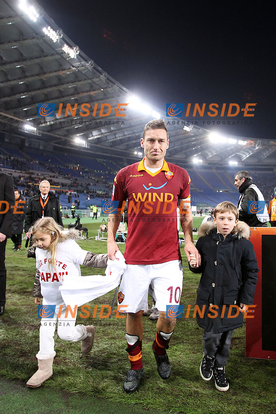 Francesco Totti festeggia con i figli Chanel e Christian con una maglietta con scritto Sei forte Papa'. Con la rete segnata raggiunge i 225 gol in serie a e raggiunge Nordhal al secondo posto..Francesco Totti celebrates with sons Chanel and Christian at the end of the match. After scoring his 225th goal in Serie A he reached Nordhal at second position of top serie A scorer all time..Roma 03/03/2013 Stadio Olimpico .Football Calcio 2012/2013 Serie A.Roma Vs Genoa .Foto Matteo Ciambelli Insidefoto