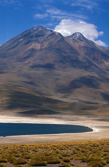 Desert de  l'Atacama. Lagune Miscanti et volcan Miscanti. *** Miscanti laguna and Miscanti volcano in Atacama desert, Chile.