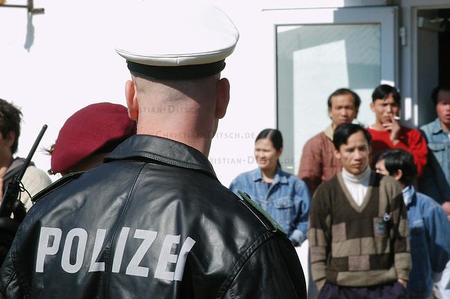 Fluechtlingslager in Bahnsdorf / Brandenburg<br /> Das Fluechtlingslager Bahnsdorf ist eine der Fluechtlingsunterkuenfte, die nach Angabe von Menscherechtsaktivisten nicht im geringsten den EU-Mindestnormen entsprechen. Bereits im Jahr 2004 hatte eine internationale Delegation die menschenunwuerdige Unterbringung massiv kritisiert. Seit dem 6. Februar muss die in den EU-Richtlinien vorgesehen Mindesnormen in nationales Recht umgesetzt sein. Davon ist in Bahnsdorf nach Aussage der Fluechtlinge nichts zu spueren.<br /> In Bahnsdorf leben mehrere hundert Fluechtlinge isoliert mitten im Wald auf einem verfallenen Ex-NVA-Militaergelaende.<br /> Anlaesslich eines europaweiten Aktionstages protestierten am Samstag den 2. April 2005 ca. 100 Menschen gegen das als &quot;Dschungelheim&quot; bezeichnete Fluechtlingslager in Bahnsdorf im Land Brandenburg. Aufgerufen zu dem Protest hatte das bundesweite Buendnis &quot;NoLager&quot;.<br /> 2.4.2005, Bahnsdorf/Brandenburg<br /> Copyright: Christian-Ditsch.de<br /> [Inhaltsveraendernde Manipulation des Fotos nur nach ausdruecklicher Genehmigung des Fotografen. Vereinbarungen ueber Abtretung von Persoenlichkeitsrechten/Model Release der abgebildeten Person/Personen liegen nicht vor. NO MODEL RELEASE! Nur fuer Redaktionelle Zwecke. Don't publish without copyright Christian-Ditsch.de, Veroeffentlichung nur mit Fotografennennung, sowie gegen Honorar, MwSt. und Beleg. Konto: I N G - D i B a, IBAN DE58500105175400192269, BIC INGDDEFFXXX, Kontakt: post@christian-ditsch.de<br /> Bei der Bearbeitung der Dateiinformationen darf die Urheberkennzeichnung in den EXIF- und  IPTC-Daten nicht entfernt werden, diese sind in digitalen Medien nach &sect;95c UrhG rechtlich geschuetzt. Der Urhebervermerk wird gemaess &sect;13 UrhG verlangt.]