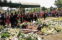 ATENCAO EDITOR FOTO EMBAGADA PARA VEICULO INTERNACIONAL - SAO PAULO, SP, 30 DE SETEMBRO 2012 - SEPULTAMENTO HEBE CAMARGO - Publico acompanha o sepultamento da apresentadora Hebe Camargo no Cemitério Gethsemani, no Morumbi, Zona Sul de São Paulo, SP, na manhã deste domingo (29). FOTO: ADRIANA SPACA - BRAZIL PHOTO PRESS.