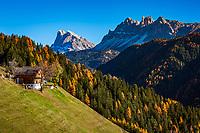 Italien, Suedtirol (Trentino-Alto Adige), Eisacktal: Bauernhof der Fraktion Afers vor Peitlerkofelgruppe | Italy, South Tyrol (Trentino-Alto Adige): farmhouse in Afers, district of  Bressanone with Peitlerkofel Group mountains