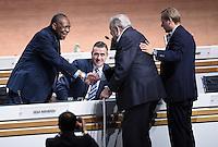 Fussball International Ausserordentlicher FIFA Kongress 2016 im Hallenstadion in Zuerich 26.02.2016 Ex UEFA Praesident und Ex FIFA-Exekutivkomitee Mitglied Lennart Johansson (re, Schweden) begruesst FIFA Interimspraesident Issa Hayatou (Kamerun und CAF Praesident),  FIFA Interims-Generalsekretaer Markus Kattner (Mitte, Deutschland)
