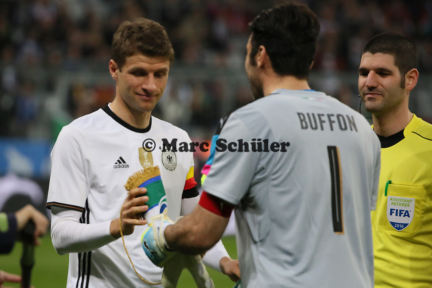 Thomas Müller (D) als Kapitän mit Gianluigi Buffon (ITA)- Deutschland vs. Italien, Allianz Arena München