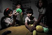 Bangalore 25.02.2009 India.Jyothi Seva, home and school for blind children. .photo Maciej Jeziorek/Napoimages..Bangalore 25.02.2009 Indie.Jyoti Seva dom i szkola dla niewidomych dzieci, zalozona i prowadzona przez Siostry Franciszkanki Sluzebnice Krzyza, zgromadzenie zakonne zalozone przez niewidoma siostre Elzbiete Czacka. .nz. zajecia na ktorych dzieci cwicza rozpoznawanie przedmiotow, w tym wypadku warzyw i owocow.fot. Maciej Jeziorek/ Napoimages