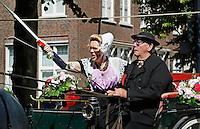 Middelburg: Folkloristische dag. Ringrijden ( ringsteken)  in Zeeuwse  klederdracht bij het Abdijplein. ( mbv photoshop is een storende regenpijp van de muur verwijderd)