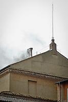 La seconda fumata nera del conclave nel secondo giorno di coclave. Papa Francesco viene eletto come successore di San Pietro Marzo 14, 2013. Photo: Adamo Di Loreto/BuenaVista*photo