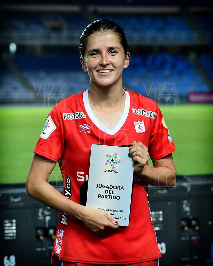 CALI - COLOMBIA, 24-09-2019: Carolina Pineda recibe el premio al mejor jugador después del partido por la final ida de la Liga Femenina Aguila 2019 entre América Cali y Medellin Petrolera jugado en el estadio Pascual Guerrero de la ciudad de Cali. / Carolina Pineda receives the best player award after first leg final match as part of Aguila Women League 2019 between America de Cali and Independiente Medellin played at Pascual Guerrero stadium in Cali. Photo: VizzorImage / Nelson Rios / Cont