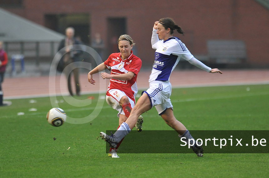 RSC Anderlecht Dames - Standard Femina de Liege : Cynthia Browaeys in duel met Julie Gregoire.foto JOKE VUYLSTEKE / Vrouwenteam.be