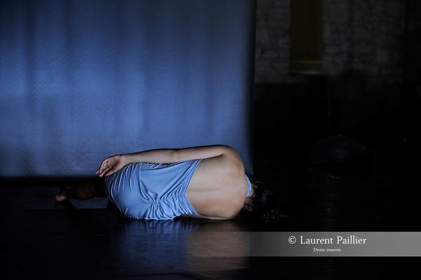 """ANNE-LAURE<br /> Anne-Laure Pecot dans """"Plis"""" de Clémence Coconnier.<br /> Fondation Royaumont le 03/09/2010."""