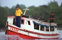 A Barco contratado pelos correios  transporta uma das  últimas urnas para a escola municipal Domiciano de Farias  na   Ilha do igarapé Grande, a margem direita do rio Bijogo região das ilhas no município de Ananideua com escolta da PM. O barco que saiu do porto de Curuçambá em Icoaraci chegou ao local de votação às 6:30hs(Brasília) para garantir a votação de 158 eleitores da 43ª Zona eleitoral 475 seção.<br />Foto Paulo Santos/Interfoto<br />06/10/2002