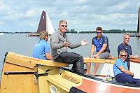 SKÛTSJESILEN: SNEEK: Snitser Mar, 31-07-2015, SKS kampioenschap 2015, Joure kampioen, Dirk Jan Reijenga en zijn bemanning wachten of de wedstrijd wel doorgaat, ©foto Martin de Jong