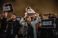 """Francia - Parigi  Place de la Republique manifestazione di cordoglio per l'assalto a Charlie Hebdo e la morte di 12 persone Persone con il cartello """"Je suis Charlie"""". Paris  manifestation of condolences for the attack on Charlie Hebdo and the death of 12 people"""