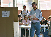 MEDELLIN - COLOMBIA, 27-05-2018: Sergio Fajado, candidato presidencial por el partido Compromiso Ciudadano, vota durante las elecciones presidenciales de Colombia 2018 hoy domingo 27 de mayo de 2018. El candidato ganador gobernará por un periodo máximo de 4 años fijado entre el 7 de agosto de 2018 y el 7 de agosto de 2022. / Sergio Fajardo, presidential candidate for the Compromiso Ciudadano party, votes during Colombia's 2018 presidential election today Sunday, May 27, 2018. The winning candidate will govern for a maximum period of 4 years fixed between August 7, 2018 and August 7, 2022.. Photo: VizzorImage / Leon Monsalve / Cont
