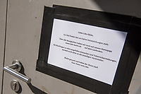 """Aufgrund einer Anordnung des Berliner Senat sind seit dem 14. Maerz 2020 bis Mitte April 2020 Clubs, Diskotheken, Bars und Kneipen geschlossen und Innen-Veranstaltungen ab 50 Personen wurden untersagt.<br /> Im Bild: Hinweisschild an der Eingangstuer des Club """"Lido"""" im Bezirk Kreuzberg.<br /> 14.3.2020, Berlin<br /> Copyright: Christian-Ditsch.de<br /> [NUR FUER REDAKTIONELLE ZWECKE! Werbung nur auf Anfrage beim Fotografen. Inhaltsveraendernde Manipulation des Fotos nur nach ausdruecklicher Genehmigung des Fotografen. Vereinbarungen ueber Abtretung von Persoenlichkeitsrechten/Model Release der abgebildeten Person/Personen liegen nicht vor. NO MODEL RELEASE! Don't publish without copyright Christian-Ditsch.de, Veroeffentlichung nur mit Fotografennennung, sowie gegen Honorar, MwSt. und Beleg. Konto: I N G - D i B a, IBAN DE58500105175400192269, BIC INGDDEFFXXX, Kontakt: post@christian-ditsch.de<br /> Bei der Bearbeitung der Dateiinformationen darf die Urheberkennzeichnung in den EXIF- und  IPTC-Daten nicht entfernt werden, diese sind in digitalen Medien nach §95c UrhG rechtlich geschuetzt. Der Urhebervermerk wird gemaess §13 UrhG verlangt.]"""