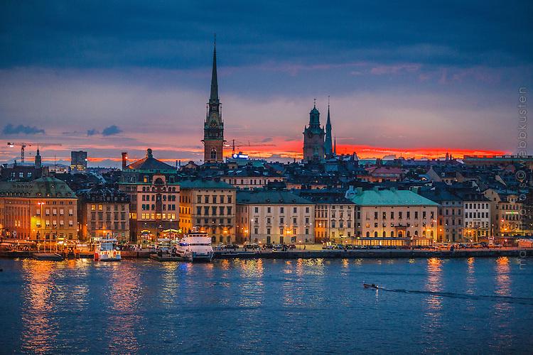 Kvällsljus över Skeppsbron i Gamla stan Stockholm