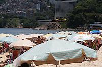 RIO DE JANEIRO, RJ, 30.12.2013 - O intenso calor no Rio de Janeiro deixa as praias de Ipanema e Leblon lotadas em plena segunda-feira. (Foto. Néstor J. Beremblum / Brazil Photo Press)