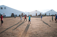 Scouts play football everywhere, here outside the food hall at spring town. Photo: Audun Ingebrigtsen / Scouterna