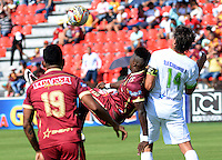IBAGUÉ -COLOMBIA, 24-06-2015. Marco Perez (Izq) jugador de Deportes Tolima disputa el balón con John Lozano (Der) jugador del Atlético Huila por la fecha 10 de la Liga Aguila II 2016 jugado en el estadio Manuel Murillo Toro de la ciudad de Ibagué./ Marco Perez (L) player of  Deportes Tolima vies for the ball with John Lozano (R) player of Atletico Huila for the date 10 of the Aguila League II 2016 played at Manuel Murillo Toro stadium in Ibague city. Photo: VizzorImage / Juan Carlos Escobar / Str