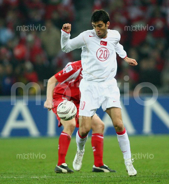 Fussball International WM Qualifikation Schweiz 2-0 Tuerkei Hakan Suekuer (TUR,vorn) gegen Philippe Senderos (SUI) gegen