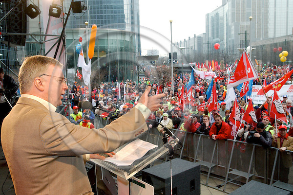Brussels-Belgium - 19 March 2005---The European Trade Union Confederation (ETUC) called for a demonstration and more than 50.000 demonstrators came into the city of Brussels to demand more and better jobs, to defend a social Europe and to withdraw the Bolkestein directive; here, John MONKS, General Secretary of ETUC, during the final rally---Photo: Horst Wagner/eup-images