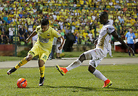 BUCARAMANGA-COLOMBIA-08-12-2016. Daniel Cataño (Izq) jugador del Atlético Bucaramanga disputa el balón con Avimeled Rivas (Der) jugador de Deportes Tolima durante partido de ida por la semifinal de la Liga Águila II 2016 jugado en el estadio Alfonso López de la ciudad de Bucaramanga./ Daniel Cataño (L) player of Atletico Bucaramanga struggles the ball with Avimeled Rivas (R) player of Deportes Tolima during first leg semifinal match of the Aguila League II 2016 played at Alfonso Lopez stadium in Bucaramanga city. Photo: VizzorImage / Duncan Bustamante / Cont