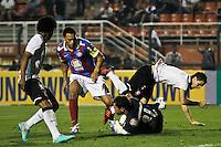 ATENÇÃO EDITOR: FOTO EMBARGADA PARA VEÍCULOS INTERNACIONAIS SÃO PAULO,SP,20 OUTUBRO 2012 - CAMPEONATO BRASILEIRO - CORINTHIANS x BAHIA -Martinez  jogador do Corinthians durante partida Corinthians x Bahia válido pela 32º rodada do Campeonato Brasileiro no Estádio Paulo Machado de Carvalho (Pacaembu), na região oeste da capital paulista na tarde deste domingo (32).(FOTO: ALE VIANNA -BRAZIL PHOTO PRESS).