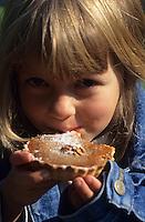 Europe/France/Midi-Pyrénées/46/Lot : Enfant mangeant une tartelette aux noix [Autorisation : A9] [Non destiné à un usage publicitaire - Not intended for an advertising use] [Non destiné à un usage publicitaire - Not intended for an advertising use]