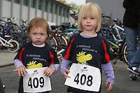 Laura (2) und Leoni (4) starten beim Urmellauf des 19. Erzhäuser Heegbachlauf