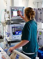 Ziekenhuispersoneel aan het werk op de intensive care afdeling van het OLVG ziekenhuis in Amsterdam