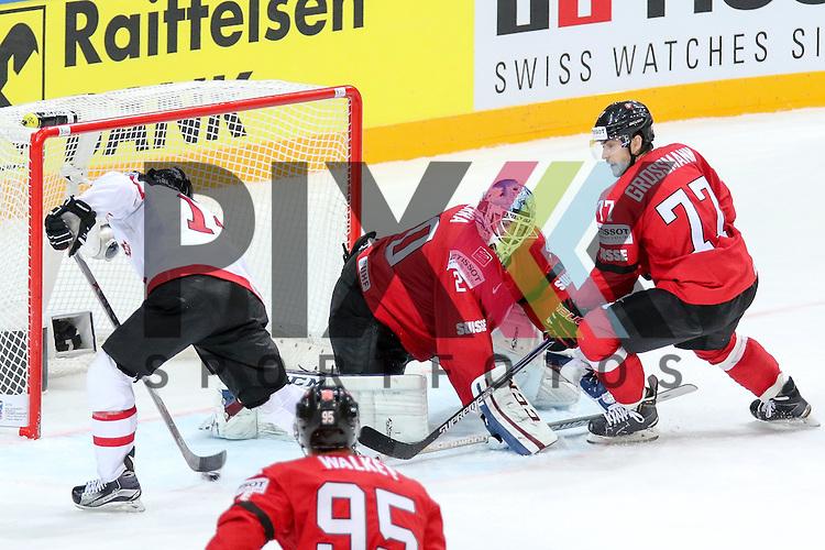Canadas Eberle, Jordan (Nr.14) schiebt den Abpraller ins Tor, Tor Kanada gegen Schweizs Bera, Reto (Nr.20) und Schweizs Grossmann, Robin (Nr.77)  im Spiel IIHF WC15 Schweiz vs. Canada.<br /> <br /> Foto &copy; P-I-X.org *** Foto ist honorarpflichtig! *** Auf Anfrage in hoeherer Qualitaet/Aufloesung. Belegexemplar erbeten. Veroeffentlichung ausschliesslich fuer journalistisch-publizistische Zwecke. For editorial use only.