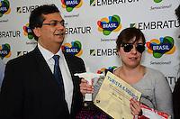 RIO DE JANEIRO, RJ, 05.11.2013 - CHEGADA DO TURISTA ESTRANGEIRO NÚMERO 6 MILHÕES / RJ- Chegou ao Rio de Janeiro na manhã desta quinta-feira (5), o turista estrangeiro número 6 milhões que foi recepcionado na área de desembarque pelo presidente da Embratur, Flavio Dino, com presentes como brigadeiro e o mapa do Rio de Janeiro, no aeroporto internacional Tom Jobim (Galeão), na Ilha do Governador, zona norte da cidade do Rio de Janeiro. (Foto: Marcelo Fonseca / Brazil Photo Press).